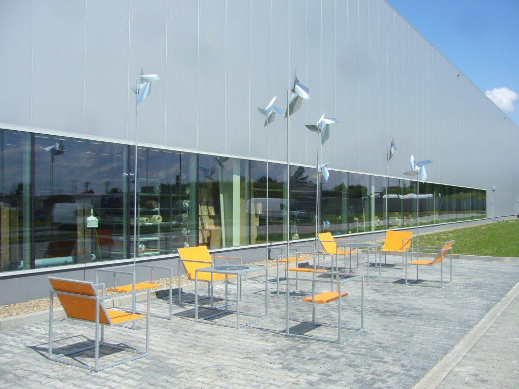 stoliki, krzesła i instalacja